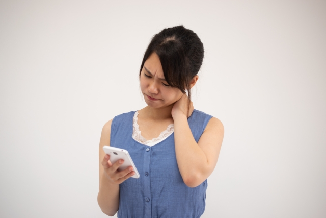 スマホ操作による長時間の前傾姿勢も原因になります