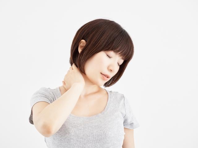 首コリの辛い症状に悩む女性