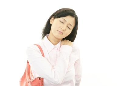 つらい肩こりに悩む女性