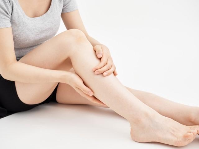 足のむくみから来る辛い症状に悩む女性