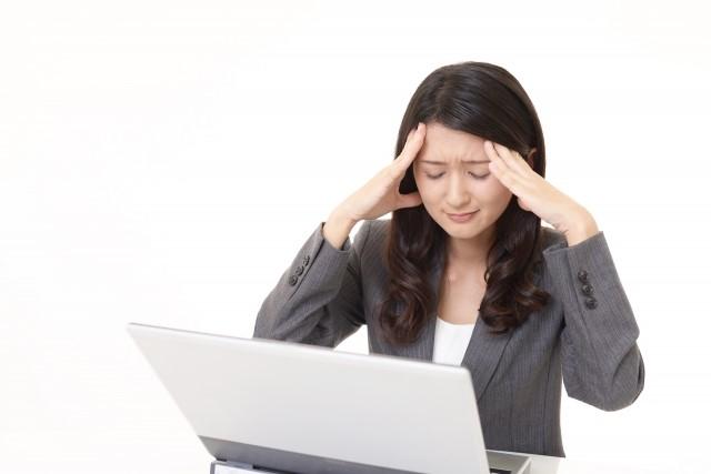 頭痛の辛い症状に悩む女性